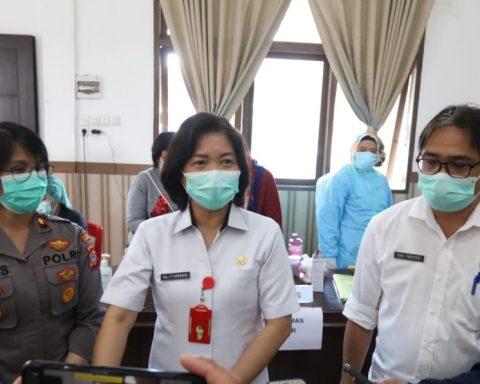Ketua TP PKK Tomohon pantau vaksinasi Polres